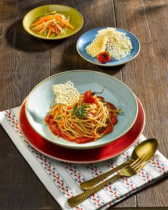 #bunt starten wir in die Woche mit Churchills Serie #stonecast in ihren schönsten Farben. Hier werden Gemüse #Spaghetti serviert und angerichtet von #recheisnudeln #recheis #dabinidaheim #tischkulturpur #dergeschirrspezialist #colorfood #soulfood #gastrotrends Foto: @recheis_nudeln Bunt, Ethnic Recipes, Food, Credenzas, Noodles, Tablewares, Easy Meals, Colors, Nice Asses