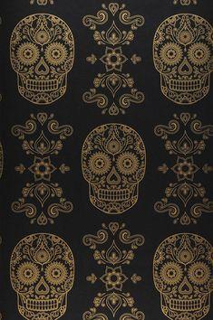 Ovunque questi teschi si incontrano con la luce della stanza, brillano di una lucentezza dorata e seducente. Questa stravagante carta da parati con motivi fantasiosi - che combina teschi ispirati all'arte popolare messicana con eleganti elementi floreali - è raffinata, bizzarra e vanta una sorprendente eleganza spirituale. Wallpaper Art Deco, Wallpaper Samples, Black Wallpaper, Pattern Wallpaper, Wallpaper Backgrounds, Sugar Skull Wallpaper, Wallpapers, Motifs Art Nouveau, Boho Chic Living Room