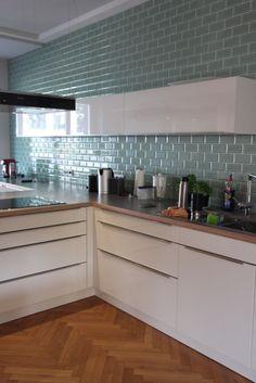 "Metrofliesen, Serie ""Modernista"" verde claro 7,5x15 cm Tiles, House Ornaments, Kitchen Space, Sweet Home, Kitchen Cabinets, Metro Kitchen, Small Kitchen, Home Kitchens, Kitchenette"