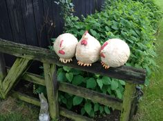 The concrete mix poured into the old pancakes and hung on the pole: When they saw the result of the neighbors, the orders began to grow!Billedresultat for garten keramiklove these chubby little hens sitting on a fenceCute idea to make paper mache chi