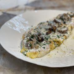 Omelette aux champignons, crème au vin jaune