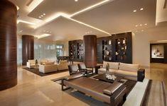 un plafond moderne en panneuax sur différents niveaux