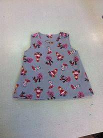 Overgooi-jurkje met alice in wonderland stof. Op aanvraag Gemaakt voor het kindje van een vriendin  patroon: http://dedroomfabriek.blogspot.be/2011/07/gratis-patroon-babyjurkje-maat-68-tm-92.html