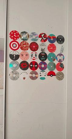 uma ideia de decoração para o seu quarto ficar mais a sua cara ❤️✨ Cd Wall Art, Record Wall Art, Wall Collage, Indie Room Decor, Cute Bedroom Decor, Aesthetic Room Decor, Mini Canvas Art, Diy Canvas, Cd Diy