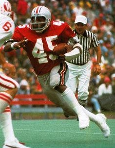 Pattern of Ohio State running backs winning the Heisman trophy every 20 years. Buckeyes Football, Ohio State Football, Ohio State Buckeyes, Eddie George, Heisman Trophy, Running Back, Archie, Football Helmets, Bathing Suits