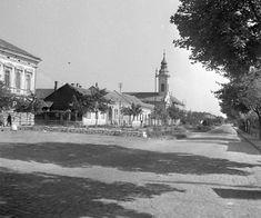 Széchenyi utca a Vörösmarty tér felől, belvárosi református templom.