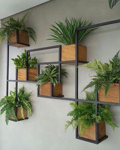 Genteee, que criativo este jardim vertical com estrutura em metalom e pequenos caixotes com samambaias. Amei muito Autor não localizado ⠀…