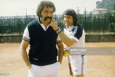 Le tennisman roumain Ilie Nastase et son entraineur Ion Tiriac sur le court de tennis de Monte Carlo en 1971 à Monaco.