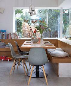 banc d'angle en bois avec dossier, chaises design Eames et table bois et métal