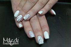 Fehér köröm, csodás mintával...lányok ki szeretne ilyet? :)  Zoltánunk rendelkezésre áll! :)  www.magdiszepsegszalon.hu/kezeslabapolas