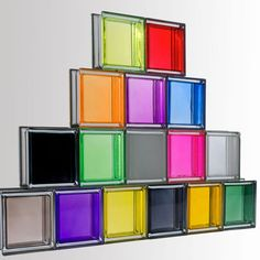 La brique de verre est utilisée dans la salle de bains pour réaliser des cloisons ou des parois de douche. Elle réinterprète l'espace et redessine des volumes harmonieux qui peuvent être intensifiés selon l'aspect, l'épaisseur et la couleur des joints.