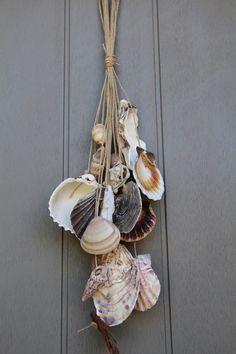 Suspension pour déco en coquillages divers et bois flotté.