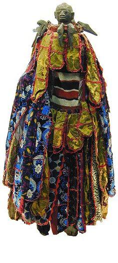 -YORUBA EGUNGUN COSTUME   -Nigeria  La palabra Egungun se refiere a enmascaramiento asociado con honor a antepasados del linaje masculino. Las marcaras Egungun se llevan a cabo a lo largo de Yoruba pero los estilos son muy diversos, como resultado tanto de las preferencias regionales y la imaginación fértil de artistas y mecenas. Muchos trajes Egungun consistir enteramente en tela costosa y embellecido extravagante, mientras que otros son tallados.