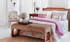 Floral Liberty - Muito empregada nas casas da década de 1950, a decoração com flores miúdas voltou à moda. O quarto decorado pela Pernambucanas ganhou almofadas e roupa de cama com estampa delicada.