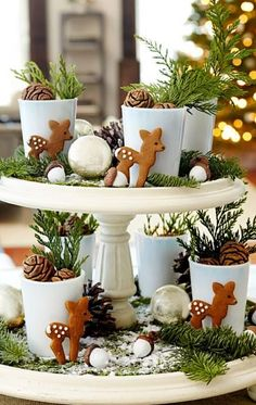 This Christmas centerpiece exudes woodland charm. How-to: http://www.midwestliving.com/homes/seasonal-decorating/easy-christmas-centerpiece-ideas/?page=10