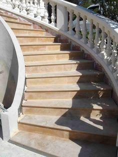 Habillage d'un escalier béton tournant, par des marches et contremarches en pierre naturelle de Bourgogne Semond jaune - vieux extérieur contemporain moderne