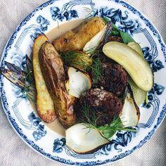 Veganska pannbiffar med gräddsås, rostad potatis och sotad lök