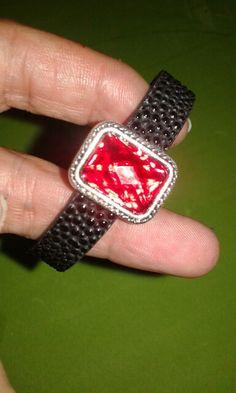 Pulseira em preto com pedra vermelha