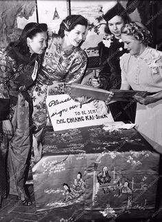 candid photo Rosalind Russell Jane Withers Mary Pickford aviatrix Lee Ya Ching 502-04