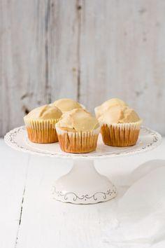 Glazed Doughnut Muffins: 60 gr. de mantequilla 50 gr. de aceite de girasol 120 gr. de azúcar blanca 50 gr. de azúcar morena 3 huevos pequeños 240 ml. de leche 400 gr. de harina 1,5 cdtas de levadura 1 cdta. de canela molida 1/4 cdta. de nuez moscada 1/2 cdta. de sal 1/2 cdta. de pasta de vainilla ( o 1 cdta. de extracto de vainilla) Para el glaseado 40 gr. de mantequilla 130 gr. de azúcar glas 30 ml de agua caliente 1/2 cdta. de pasta de vainilla