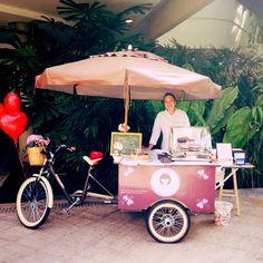 Agora a Vivi tem Food bike!!! Confere que linda!!! E ela anda estacionando em alguns eventos!!! Gostou? Contrate ela para seu evento, anive...