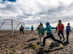 Uma curiosidade: o esporte nacional da Groenlândia é o futebol, mas o país não é membro da FIFA porque, na ilha, não é possível praticá-lo regularmente em razão de não se conseguir manter grama nos campos devido ao clima frio e gelo do inverno.