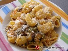 Ζυμαρικά με μελιτζάνες, κολοκυθάκια, πιπεριά, κρεμμύδια, και λιαστή ντομάτα.