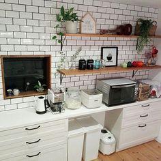 女性で、4LDKのキッチンカウンター/キッチン収納/飾り棚/ニトリ/LIXIL/サブウェイタイル…などについてのインテリア実例を紹介。「真ん中ごみ箱スペース。リビングからは見えない場所に。」(この写真は 2016-12-23 22:01:07 に共有されました)