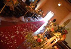 navata fiorita con alberelli di fiori e candele