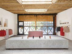 loja americana usa forro de madeira e bancos de concreto