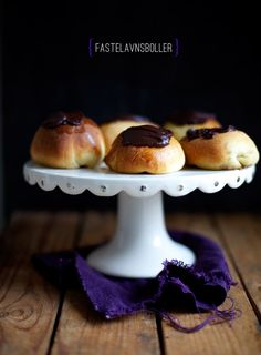 "fastelavns boller, or rolls -- recipe in Danish (""Fastelavn"" is Danish for ""Shrovetide"" or ""carnival"". Denmark Food, Carnival Food, Scandinavian Food, Danish Food, Food Club, Bread Cake, Eat Smart, Sweet Bread, Love Food"