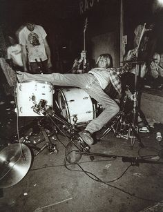 Nirvana consisted of Kurt Cobain (guitar, vocals), Krist Novoselic (bass guitar) and Dave Grohl (drums). Nirvana Kurt Cobain, Nirvana Art, Nirvana Lyrics, Dave Grohl, Eddie Vedder, Punk Rock, Rock And Roll, Music Rock, Alternative Rock