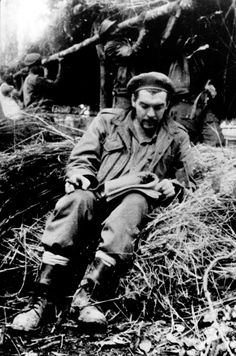 El Che en la selva boliviana.  CENTRO DE ESTUDIOS CHE GUEVARA  Ven la luz en forma de libro los 'Apuntes filosóficos', reflexiones teóricas en las que el líder revolucionario arremete contra los excesos de la ortodoxia comunista.  vía Mauricio Vicent @el_pais