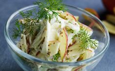 3 fennikel 1 stort, udkernet, fintsnittet æble Lidt citron- eller limesaft  Dressing ½ dl mayonnaise 1 – 2 spsk grovkornet dijonsennep Salt ...