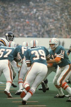 Bob Griese (QB, hands the ball to Larry Csonka during Super Bowl VIII, a game the Dolphins won convincingly, Nfl Football Players, Football Memes, School Football, Sport Football, Miami Dolphins Players, 1972 Miami Dolphins, American Sports, American Football, Americana Retro