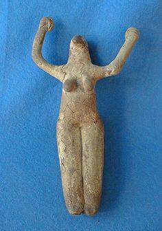 Женские статуэтки этого типа, сделанные из нильской глины, являются наиболее древними скульптурами в египетском искусстве.