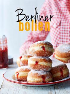 Onze koekjesexpert Dosia deed onderzoek naar Duitse taart én koekjes en bakte megalekkere bienenstich, lebkuchen en spitzbuben. Oven aan, bakken maar en… nodig vooral iedereen uit om mee te snoepen van großartig, goed gevuld Duits gebak. Wij geven je het recept voor onze favoriet: Berliner bollen! berliner bollen gebak | ± 14 stuks 100 ml...