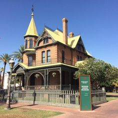 Admire the beautiful architectures at Historic Heritage Square  The Historic Heritage Square located in Phoenix has many Victorian styled homes from the original settlement. One must see home is the 1895 Rosson House. Back in its day it was the most attractive and the most prominent of the rest of the houses and to date it still is. The Heritage Square is also home to some of the most famous restaurants and cafes in Phoenix which includes places like the Nobuo at the Teeter House Crown Hub…