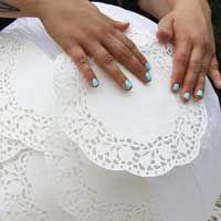 Une jolie balançoire, quelques roses et de belles suspensions de dentelles faites main... Parfait pour créer une ambiance délicate le jour du mariage !...
