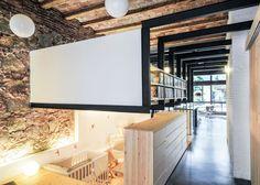 L'architecte Carles Enrich a converti une ancienne laverie en un appartement original et très bien pensé dans le quartier de Gracia à Barcelone. Il a réussi à créer trois niveaux dans l'espace de plain-pied et a transformé le lieu délabré en un studio contemporain pour une jeune famille.  Le projet a été une formidable opportunité de repenser l'utilisation d'un lieu laissé à l'abandon et d'optimiser les conditions de l'espace.