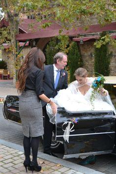 Andrea, comercial del Palacio, la ayuda a bajarse del coche y la da la bienvenida. #boda