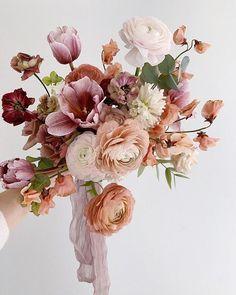 Bolo dos noivos, sapatos de noiva e um belo bouquet: um trio perfeito! Bride Bouquets, Floral Bouquets, Bouquet Wedding, Wedding Nails, Instagram Wedding, Flower Aesthetic, Bridal Flowers, Bouquet Of Flowers, Flowers Garden