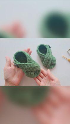 Easy Crochet Stitches, Crochet Bee, Cute Crochet, Crochet Crafts, Crochet Projects, Crochet Toddler, Baby Girl Crochet, Crochet Baby Clothes, Crochet Shoes Pattern