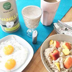 Das Frühstück geht schnell, ist lecker und reichhaltig  Es ist morgens schon wichtig, dass wir unsere Energiespeicher auffüllen. Das können wir mit Eiweißen, Kohlenhydraten oder Fetten machen. Morgens benötigen wir ein Kaiser-Frühstück. Kaiser, König, Bettelmann. #YouKnow. :-) Das heißt, morgens kannst du reinhauen, als wäre es deine Henkersmahlzeit. Wenn du in der Stabilisierungsphase der Stoffwechsekur sein solltest, ist dieses Frühstück übrigens schon erlaubt. Allerdings würde ich die…