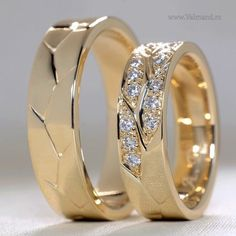 Goldhochzeitsringe mit Diamanten Gold wedding rings with diamonds Couple Rings Gold, Engagement Rings Couple, Diamond Engagement Rings, Gold Rings, Solitaire Engagement, Black Diamond Wedding Rings, Diamond Rings, Gold Ring Designs, Wedding Jewelry