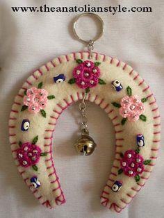 New Craft Felt Pattern Feltro Ideas Felt Christmas Decorations, Felt Christmas Ornaments, Felt Embroidery, Felt Applique, Fabric Crafts, Sewing Crafts, Felt Patterns, Felt Fabric, Felt Diy