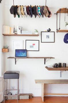 壁にいくつかの板を用意すれば、デスクとして使えるだけでなく、ちょっとした棚にもなり、インテリアとしても映えますよ。