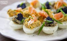 """Jajka faszerowane z łososiem i kawiorem """"za pięć dwunasta"""". Zdążysz! Pizza, Eggs, Breakfast, Ethnic Recipes, Morning Coffee, Egg"""