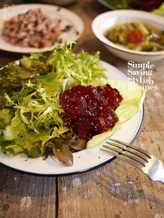 もったいないので捨てずにレシピ!  まっ赤で美しく「食べる血液」や「奇跡の野菜」とも言われるビーツ  その煮汁も栄養たっぷり、風味豊かで捨てるなんてもったいない〜  という事で コンソメジュレにしてサラダの付け合わせに。  透き通る美しい赤がとても綺麗に仕上がりました。