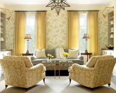 décorer un petit salon idée fantastique, joli papier peint à motifs floraux, suspension design original, grand fauteuils vintage, sofa grise fantastique, deux tables minuscules en verre